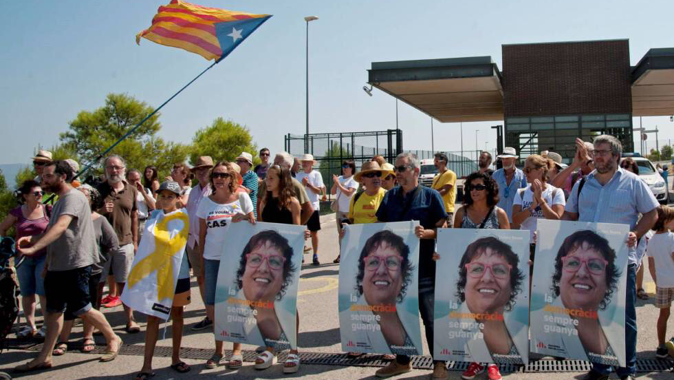 Prison protest in Figueres, Catalonia for Dolors Bassa
