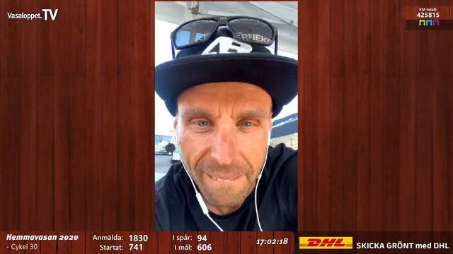 Mountainbikeproffset Emil Lindgren firar målgången i Hemmavasan 2020 med glass!